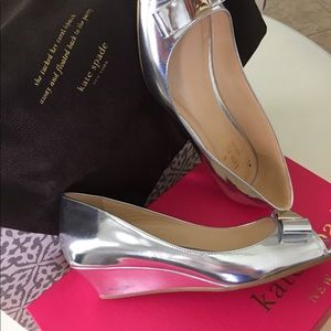 KATE SPADE SILVER BOW TIE WEDGE